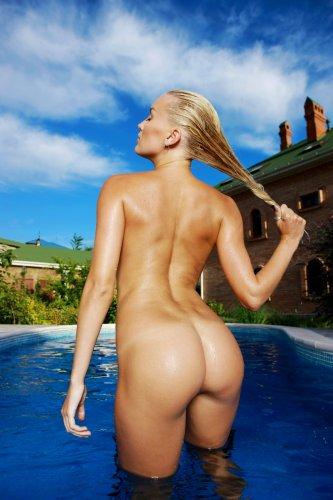 Белокурая девушка Лиза в бассейне - 13