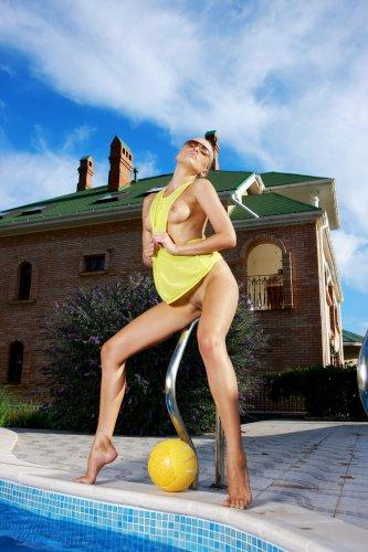 Белокурая девушка Лиза в бассейне - 4