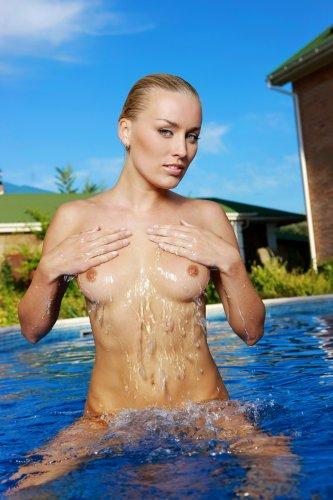 Белокурая девушка Лиза в бассейне - 17