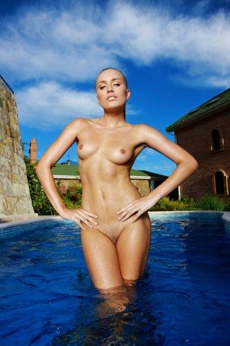 Белокурая девушка Лиза в бассейне - 11