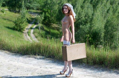Голая Алиса ловит попутку