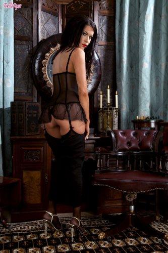 Супер секси Megan Coxxx в корсете и нейлоновых чулках эротично позирует