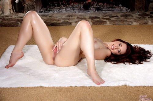 Melody Jordan у камина