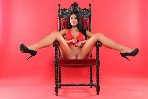 Mia Manarote на троне