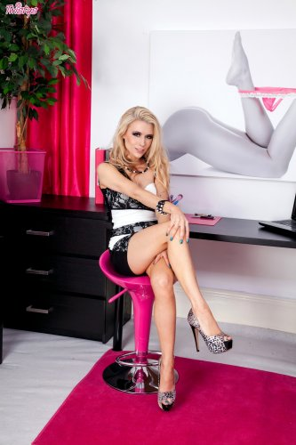 Красотка Michelle Moist в офисе