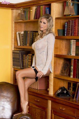 Nicole Graves разделась в библиотеке