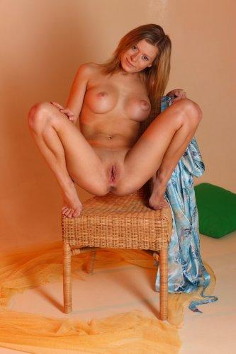 Упругие сиськи с большими сосками девушки Oliwia на эротических фото