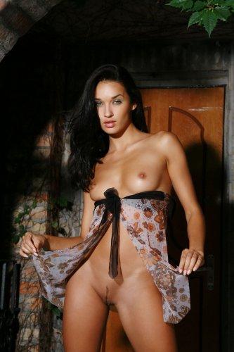 Жгучая брюнетка Ольга делает частные откровенные фото для сайта знакомств