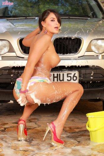 Sasha Cane моет BMW X5