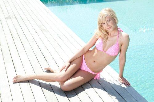 Tracy позирует у бассейна