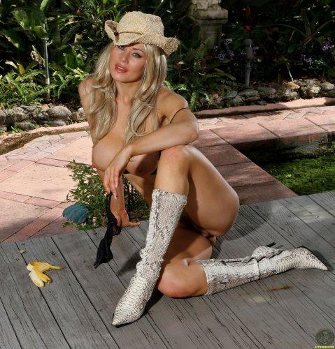 Сексуальная кавбойка Sasha с огромными как шарики сиськами с бананом на фото