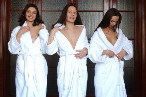 Три девицы скинули халаты