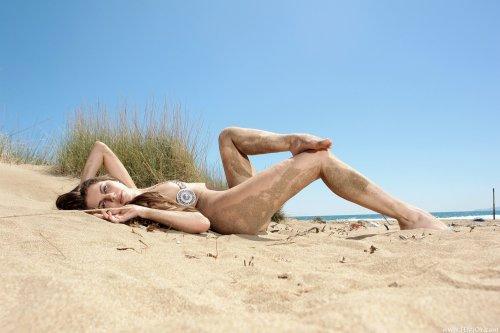 Loona на песчаном пляже