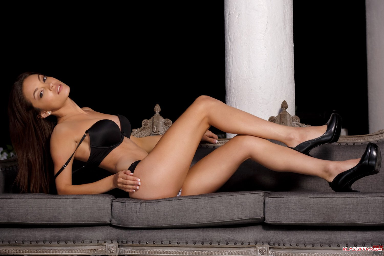 Обнаженная порно звезда Diana Doll смотреть онлайн 2 фото