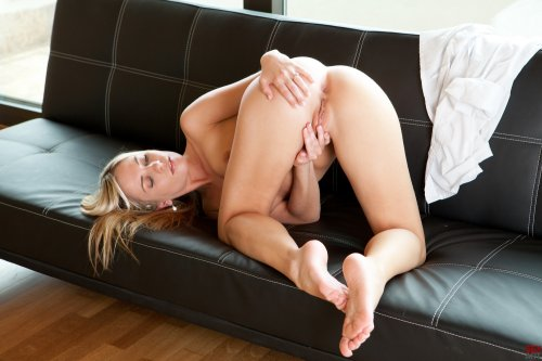 Aprilia на диване