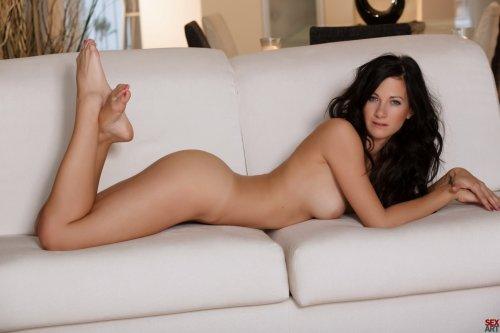 Брюнетка Luce во всех позах на диване