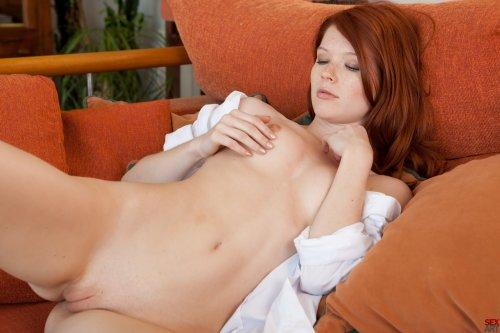 Mia Sollis на диванчике