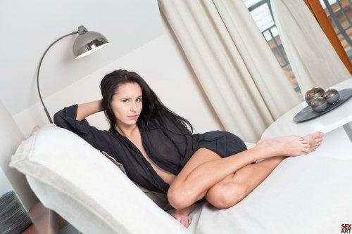 Diana G на белом диване