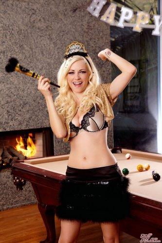 Danielle Trixie ждёт праздник у камина
