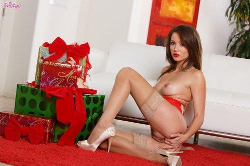 Возбуждённая Malena Morgan подготовила эротическое новогоднее представление