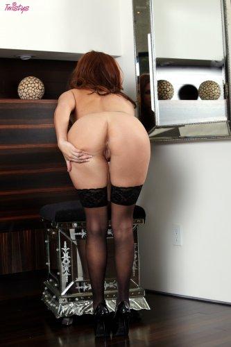 Sabrina Maree разделась в гардеробной