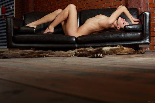 Стройная гимнастка Yanika сняла голубой купальник и показала большие половые губы
