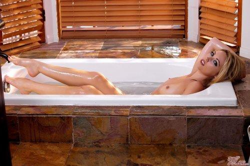 Sarah Peachez в ванне
