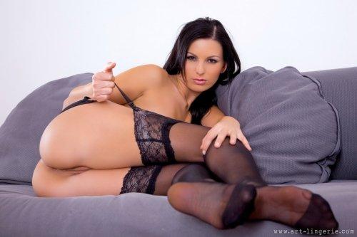 Mili Jay в чулках на диване