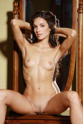 Знойная стройная брюнетка Ольга делает эротические снимки в спальне