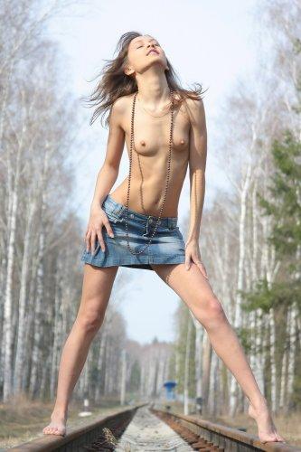 Lina устроила стриптиз на железнодорожных путях