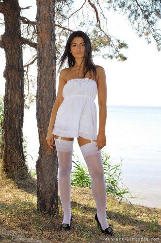 Молодая загорелая шлюха Saida в белом эротическом белье на природе