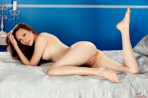 Aria Amor на кровати