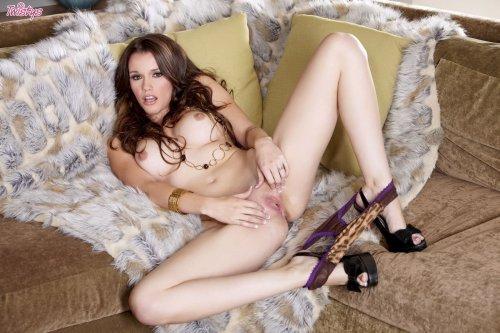 Raven Alexis на диване