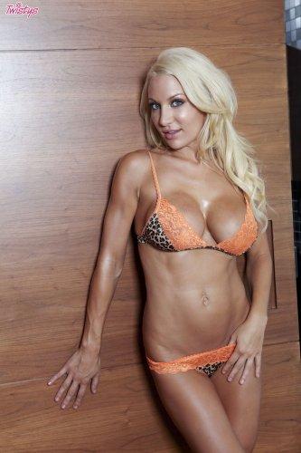 Мокрая блондинка Devon Alexis
