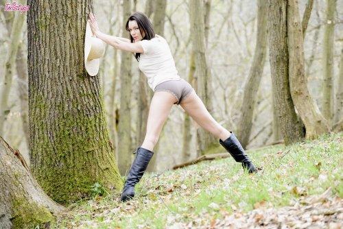 Kyla Fox в лесу