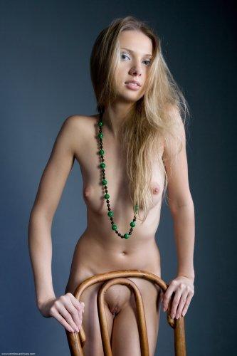 Augusta Crystal с маленькой грудью и волосатой пиздой на эротических фото Errotica Archives