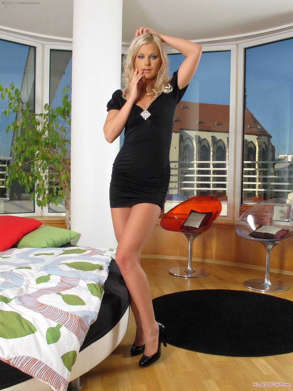 Блондинка умеет раздвигать ноги
