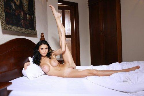 Сиськастая Jordan в постели