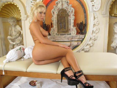 Секси блондиночка Natali Blond
