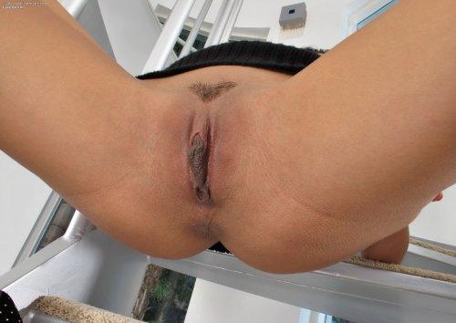 Голая тёлка Lyla Storm на лестнице показала большие тёмные половые губы
