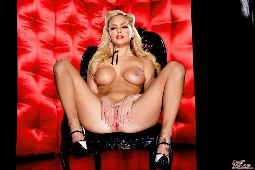 Секси блонди Lacey Foxx