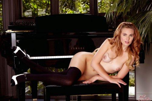 Раскрепощённая пианистка Jonni Hennessy в чёрных чулках раздвинула вагину пальцами