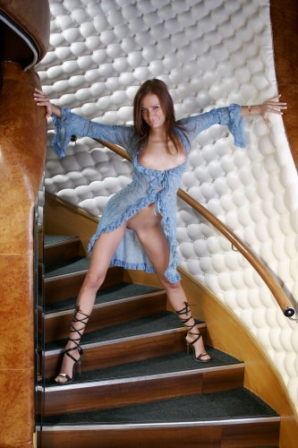 Яна на лестнице