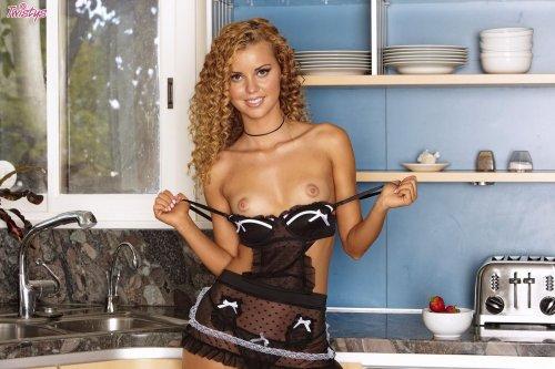 Jessie Rogers развратничает в кухне