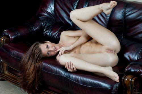 Обнажённая Kira на диване