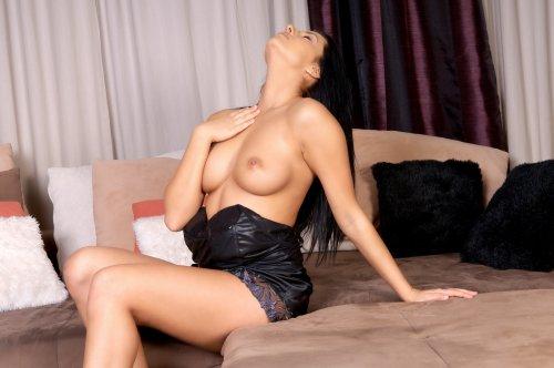 Брюнетка Melissa с отличной грудью