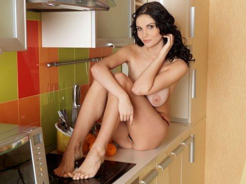 Шикарная брюнетка Stacie с привлекательным обнажённым телом на кухне