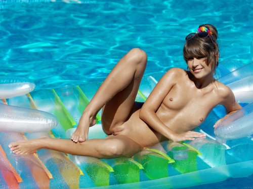 Голая красотка Mia в бассейне