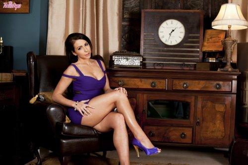 Пошлая женщина Nina Leigh с круглыми силиконовыми сиськами в гостиной
