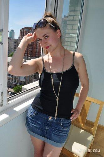 Оля на балконе